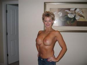 Зрелая блонда хвастается новыми сиськами - фото #8