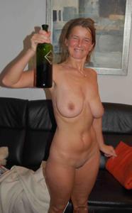 Женщина опьянела и смело разделась - фото #1