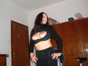Брюнетка не чужда эротики - фото #16