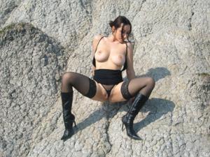 Брюнетка не чужда эротики - фото #5