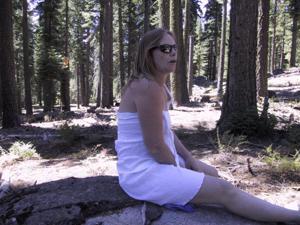Рыжая зрелка разделась в лесу - фото #12