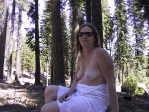 Рыжая зрелка разделась в лесу - фото #19