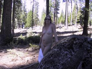 Рыжая зрелка разделась в лесу - фото #29