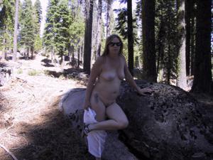 Рыжая зрелка разделась в лесу - фото #30