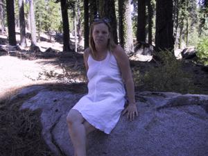 Рыжая зрелка разделась в лесу - фото #4