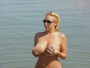 Изумительная дама хвастается грудью - фото #6