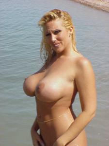 Изумительная дама хвастается грудью