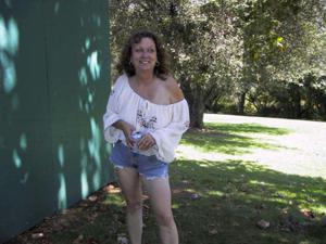 Пожилая светанула сиськами в парке - фото #1