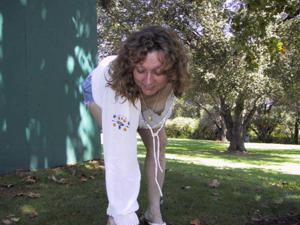 Пожилая светанула сиськами в парке - фото #12