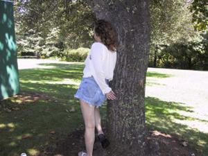 Пожилая светанула сиськами в парке - фото #13