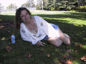 Пожилая светанула сиськами в парке - фото #14