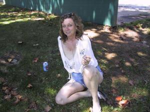 Пожилая светанула сиськами в парке - фото #15
