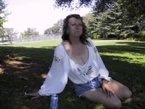 Пожилая светанула сиськами в парке - фото #16