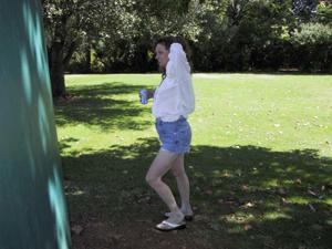 Пожилая светанула сиськами в парке - фото #17