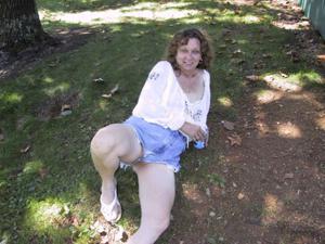 Пожилая светанула сиськами в парке - фото #18