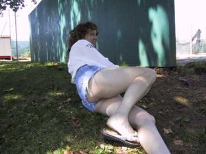 Пожилая светанула сиськами в парке - фото #19