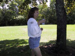 Пожилая светанула сиськами в парке - фото #2