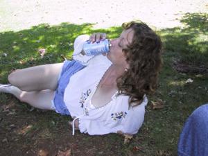 Пожилая светанула сиськами в парке - фото #20