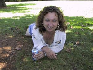 Пожилая светанула сиськами в парке - фото #21