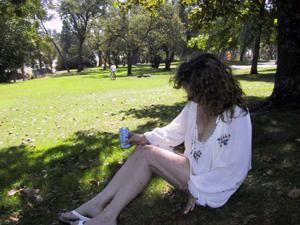 Пожилая светанула сиськами в парке - фото #22