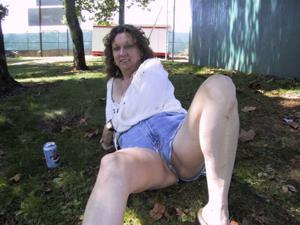 Пожилая светанула сиськами в парке - фото #23