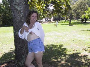 Пожилая светанула сиськами в парке - фото #26