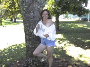 Пожилая светанула сиськами в парке - фото #3