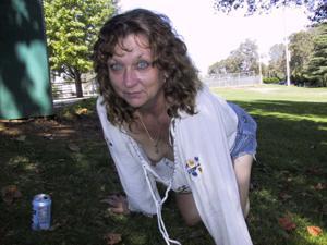 Пожилая светанула сиськами в парке - фото #30