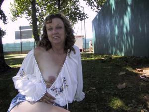 Пожилая светанула сиськами в парке - фото #33