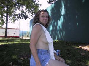 Пожилая светанула сиськами в парке - фото #36