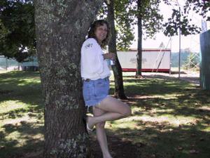 Пожилая светанула сиськами в парке - фото #4