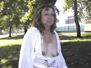 Пожилая светанула сиськами в парке - фото #40
