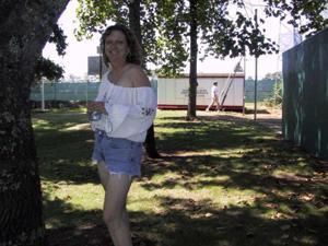 Пожилая светанула сиськами в парке - фото #5