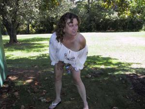 Пожилая светанула сиськами в парке - фото #8