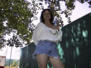 Пожилая светанула сиськами в парке - фото #9