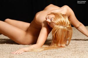 Голая блондинка гимнастка - фото #12