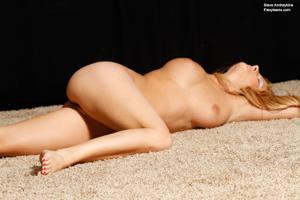 Голая блондинка гимнастка - фото #29