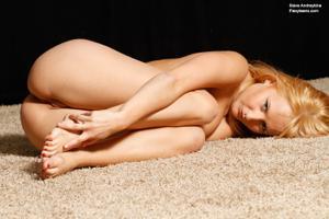 Голая блондинка гимнастка - фото #32