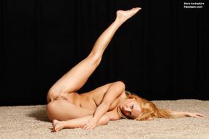Голая блондинка гимнастка - фото #34