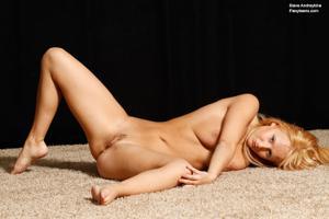 Голая блондинка гимнастка - фото #36
