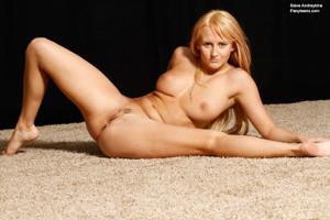 Голая блондинка гимнастка - фото #38