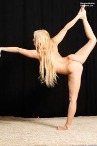 Голая блондинка гимнастка - фото #4