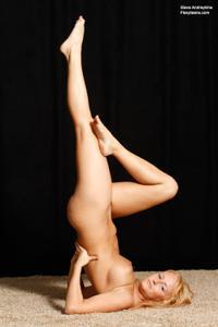 Голая блондинка гимнастка - фото #41