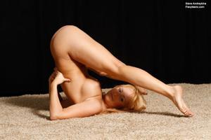 Голая блондинка гимнастка - фото #43