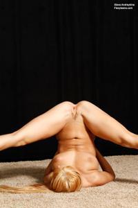 Голая блондинка гимнастка - фото #45