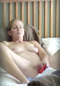 Суют секс игрушки в киску - фото #1