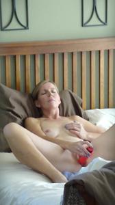 Суют секс игрушки в киску - фото #25
