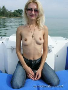 Анна обнажила тощую грудь во время прогулки на катере - фото #1