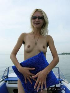 Анна обнажила тощую грудь во время прогулки на катере - фото #10