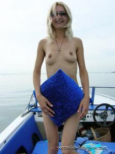 Анна обнажила тощую грудь во время прогулки на катере - фото #11